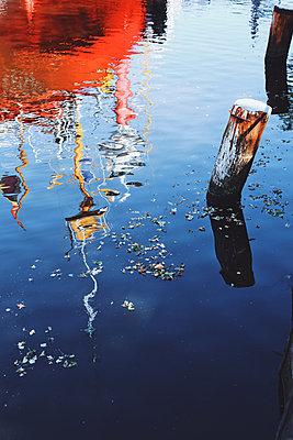 Reflexion eines Schiffes - p1006m1441815 von Danel