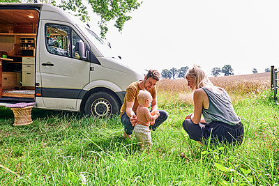 Family with toddler camping - p1124m2229002 by Willing-Holtz