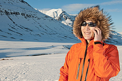 woman talking on her smartphone in Iceland - p1166m2269487 by Cavan Images