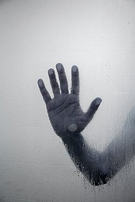 Hand hinter Glas - p1248m2076343 von miguel sobreira