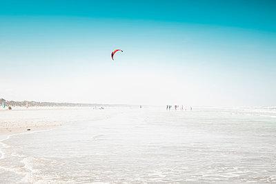 Strand mit Kite-Surfer - p299m1466940 von Silke Heyer