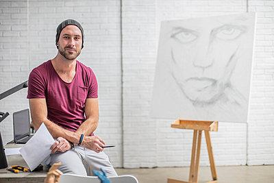 Portrait of confident artist with drawing in studio - p300m2013303 von zerocreatives