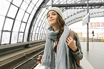Young woman waiting at the station platform, Berlin, Germany - p300m2155142 von Hernandez and Sorokina