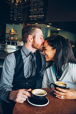 Couple drinking coffee in cafe - p555m1408571 by Inti St Clair photography
