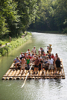 Floßfahrt auf der Isar, Oberbayern, Bayern, Deutschland - p6090372 von MONK photography