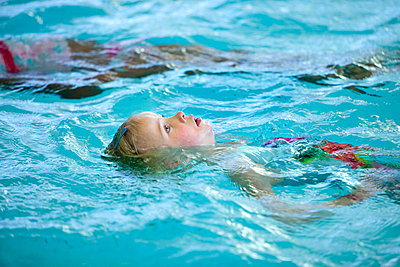 Schwimmunterricht für Kinder - p896m834998 von Arenda Oomen