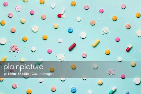 plainpicture - plainpicture p1166m1561499 - Overhead view of tablets an... - plainpicture/Cavan Images