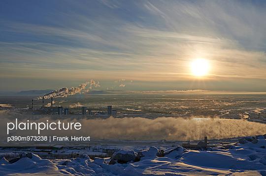 Kraftwerk in Sibirien in der Abendsonne - p390m973238 von Frank Herfort