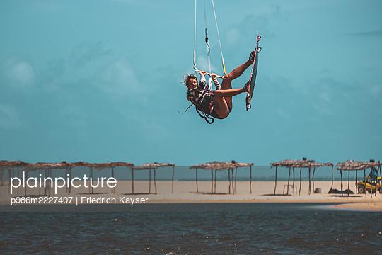 Brazil, Kite surfing - p986m2227407 by Friedrich Kayser