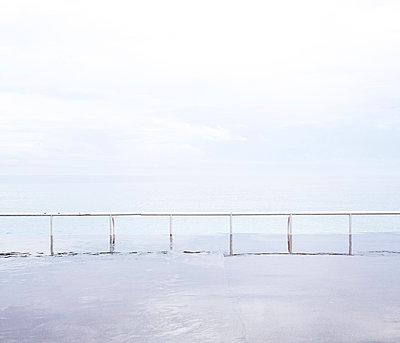 Nasse Strandpromenade - p1113m959647 von Colas Declercq