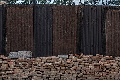 Ziegelsteine vor einer Blechwand - p1243m1525085 von Archer