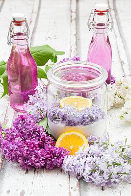 Homemade lilac sirup - p300m1587888 von Larissa Veronesi
