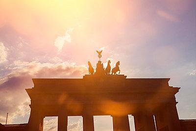 Germany, Berlin, Berlin-Mitte, Brandenburg Gate against the sun - p300m975203f by Kristian Peetz