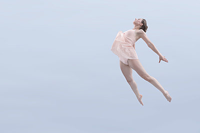 Ballerina taking a leap - p427m1194861 by Ralf Mohr