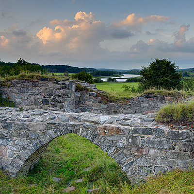 Ruins of old castle in scenic landscape - p575m714924 by Mikael Svensson