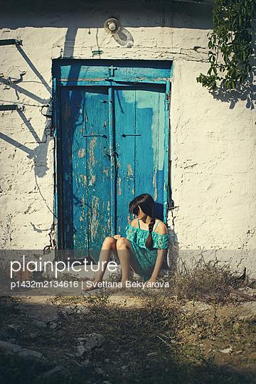 Trauriges Mädchen vor einem alten Haus - p1432m2134616 von Svetlana Bekyarova