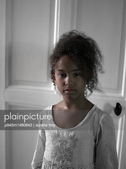 Dunkelhäutiges Mädchen mit Lockenkopf - p945m1480843 von aurelia frey