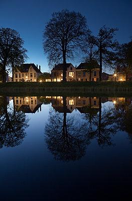 Häuser am Ufer in Alkmaar - p1032m1139038 von Fuercho