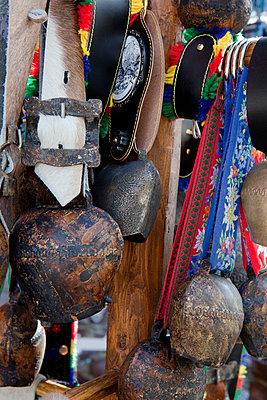 Traditionelle Kuhglocken an einem Souvenirstand, Mittenwald, Bayern, Deutschland - p1316m1160518 von Florian Stern