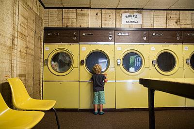 Kleiner Junge im Waschsalon - p1361m1332543 von Suzanne Gipson