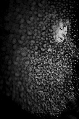 Frau mit brünetten Haaren, Portrait - p1543m2291590 von Sophia Snadli
