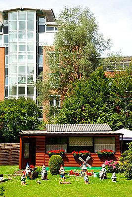 Gartenlaube in der Stadt - p3820389 von Anna Matzen