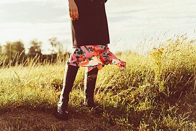 Frau mit schönem Kleid steht auf Feld - p432m2206106 von mia takahara