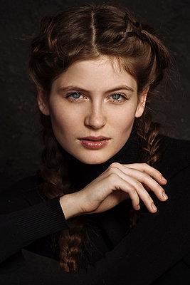 Portrait of serious Caucasian woman - p555m1531674 by Ivan Ozerov