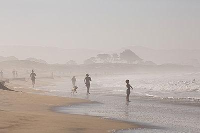 Beach life, Half Moon Bay, California - p756m2211550 by Bénédicte Lassalle