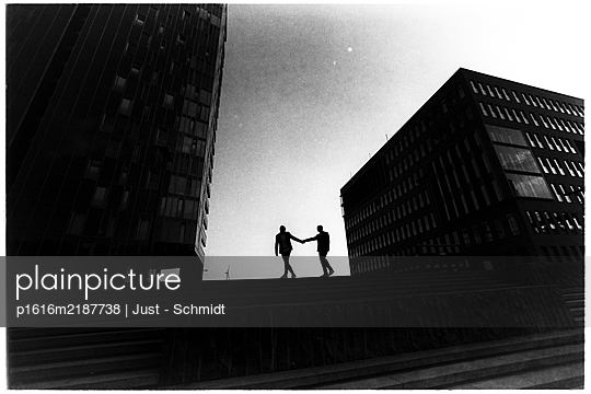 Germany, Hamburg, Heterosexual couple - p1616m2187738 by Just - Schmidt
