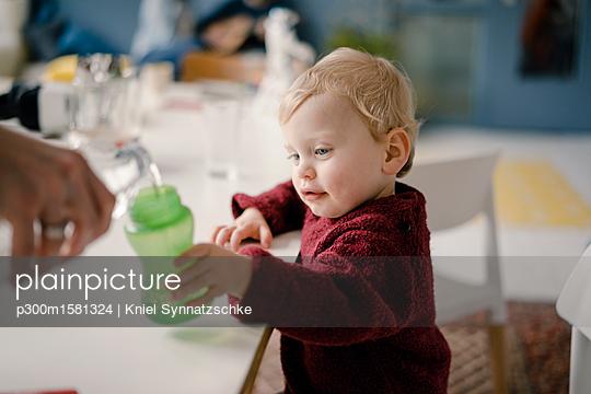 Baby boy with drinking bottle - p300m1581324 von Kniel Synnatzschke
