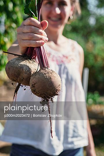 Young woman holding beetroot - p300m2023472 von Borislav Zhuykov