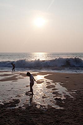 Kind im Sonnenuntergang am Meer - p1356m1525284 von Markus Rauchenwald