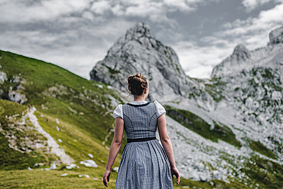 Junge Frau im Dirndl beim Wandern - p1455m1552972 von Ingmar Wein
