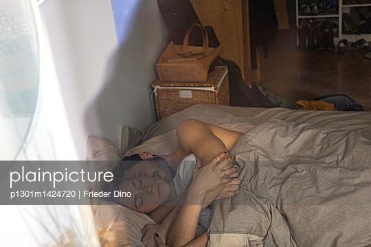 Pärchen schläft nebeneinander im Bett  - p1301m1424720 von Delia Baum