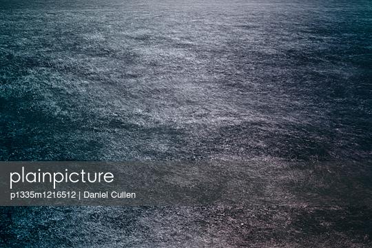 Dunkles Wasser - p1335m1216512 von Daniel Cullen