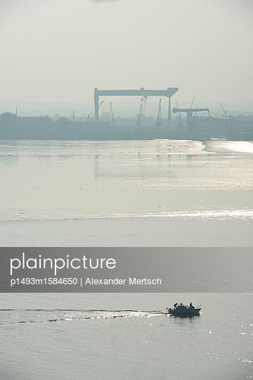 Ausflug mit Motorboot auf Elbe vor Blankenese, Hamburg - p1493m1584650 von Alexander Mertsch