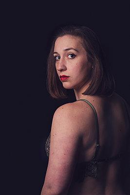 portrait of a woman in the dark  - p1323m2064031 von Sarah Toure