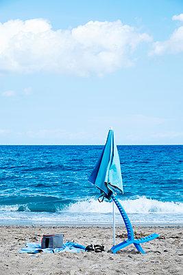 Sonnenschirm und Handtuch am Strand - p1423m2019949 von JUAN MOYANO