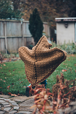 Kind im Drachenkostüm läuft über den Rasen - p1628m2222162 von Lorraine Fitch