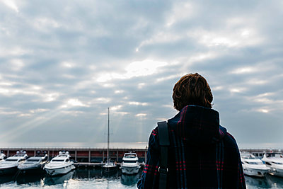 Spain, Barcelona, rear view of man with bag standing at the harbor - p300m2080584 by Josep Rovirosa