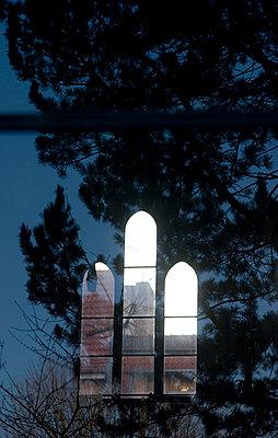 kirchenfenster baeume spiegelung - p627m671128 by Hendrik Rauch