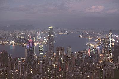 View on the skyline of Hong Kong from Victoria Peak - p795m2228819 by JanJasperKlein
