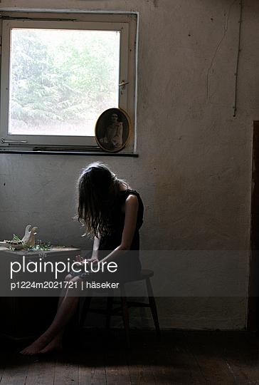 Frau am Fenster - p1224m2021721 von häseker