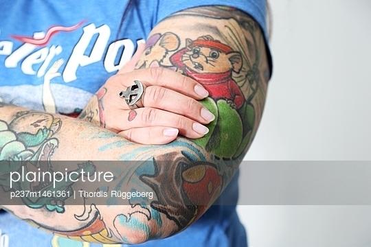 Tätowierter Arm - p237m1461361 von Thordis Rüggeberg