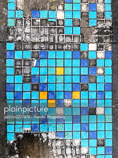 Weathered mosaic tiles - p237m2277975 by Thordis Rüggeberg