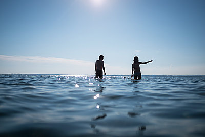 Couple walking in the sea - p1007m1144433 by Tilby Vattard
