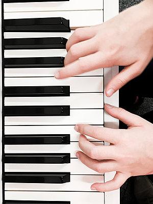 Klavierspielen - p318m2087135 von Christoph Eberle