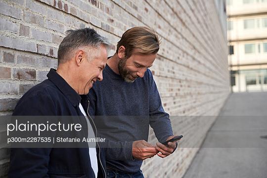 casual Business Mann in urbanen Umfeld, München, Deutschland - p300m2287535 von Stefanie Aumiller