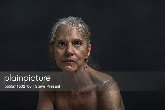 plainpicture | Photo library for authentic images - plainpicture p555m1532706 - Portrait of sad older Cauca... - plainpicture/Blend Images/Steve Prezant
